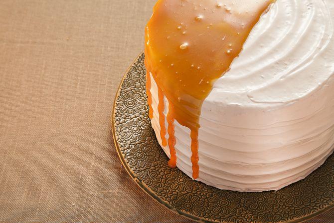 Bolo da confeiteira Julia Guedes tem recheio de baba-de-moça e cobertura de merengue e caramelo.
