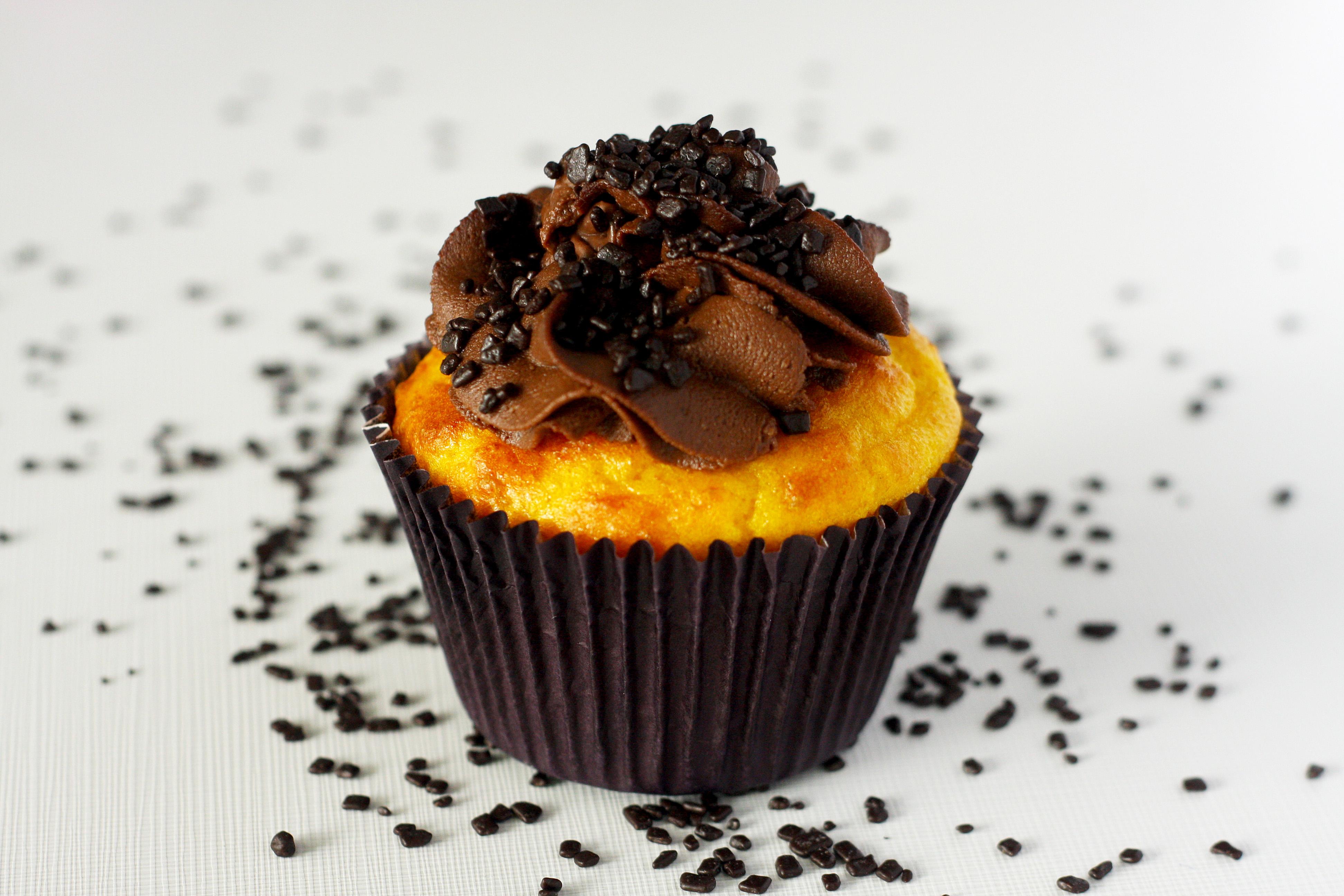 Cupcake de cenoura com gotas de chocolate e brigadeiro com canela