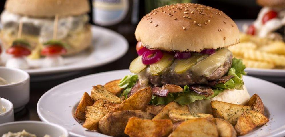 No Paranavaí, o hambúrguer é feito com costela e pedaços de bacon. Aqui, acompanhado por batatas rústicas. Fotos: Fernando Zequinão/ Gazeta do Povo