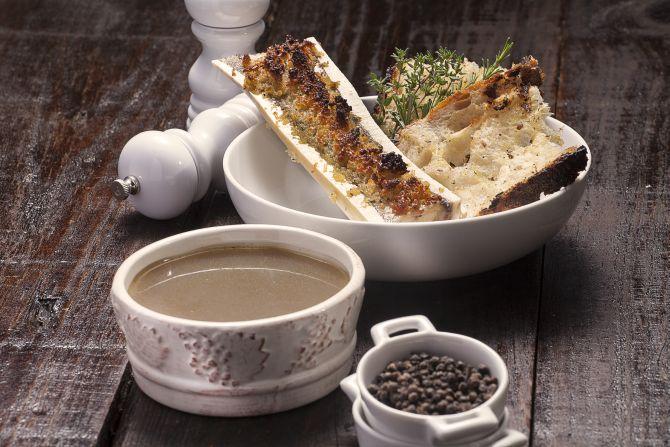 Caldo de mocotó, do chef Flávio Frenkel, da Anis Gastronomia  e Anis Presto. Foto: Alexandre Mazzo/Gazeta do Povo