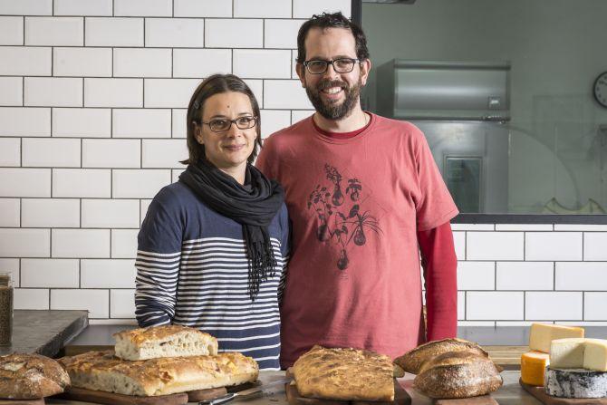 Juliana Cerezuela e André Santi, o casal que toca a Fábrika Pães. Ela é confeiteira e ele, padeiro. Foto: Fernando Zequinão/Gazeta do Povo
