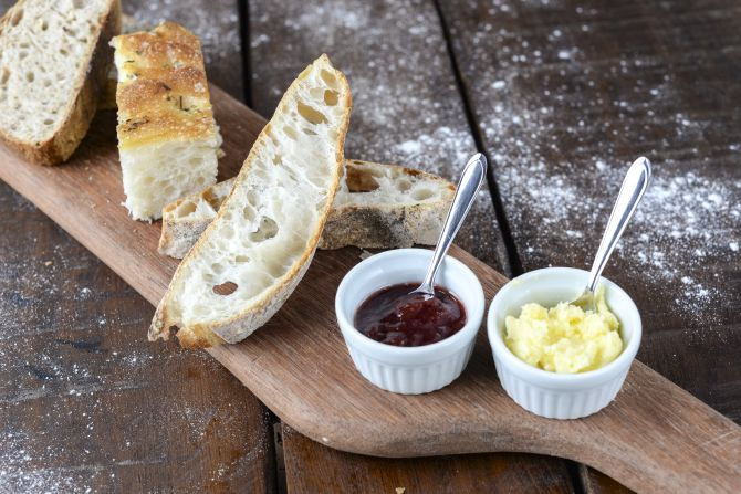 A tábua com pães e manteiga feita na casa é cobrada de acordo com o quilo do pão. A manteiga e a geleia são à parte: R$ 2 cada porção. Foto: Fernando Zequinão/Gazeta do Povo