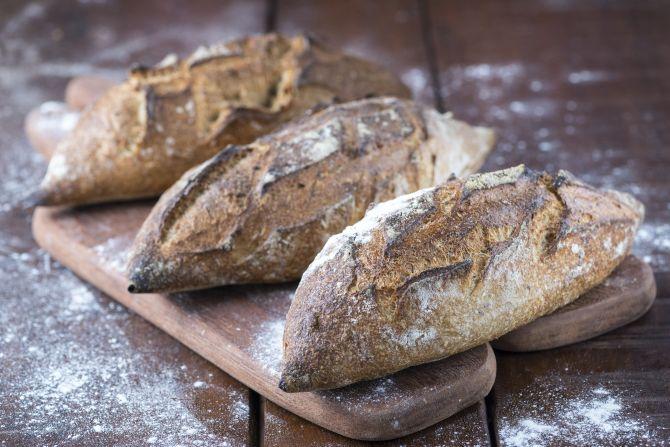 Os pães em filão são vendidos por unidade. Fermentam de 15 a 18 horas e são assados durante a manhã. Foto: Fernando Zequinão/Gazeta do Povo