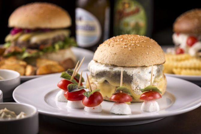 No vegetariano Jardim Botânico, o hambúrguer é de ervilha, azeitonas e champignon.