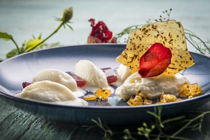 Sorvete de araçá-pera e gelatina de hibisco