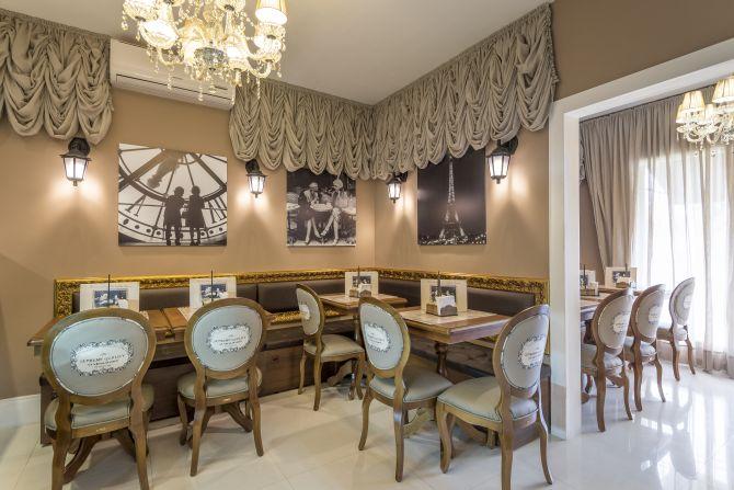A decoração remete a França e aos seus cafés.