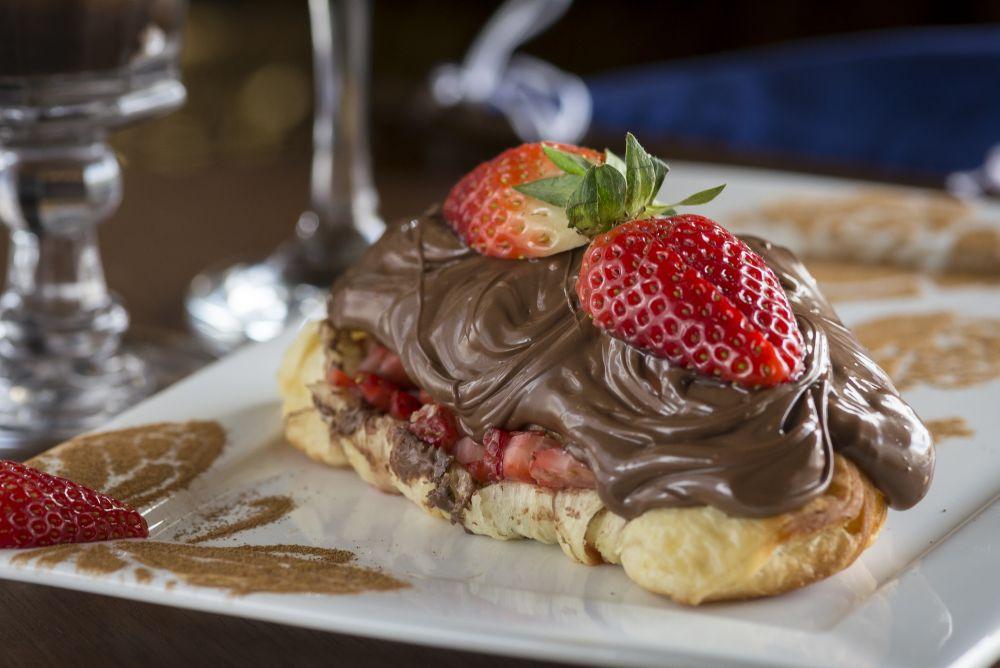 Croissant recheado com chocolate e morango.