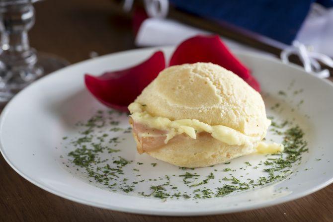 Prove os pães de queijo recheados. Este com parma e Catupiry.