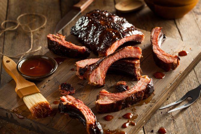 Costelinha ao molho barbecue, um clássico norte-americano. Foto: Bigstock.