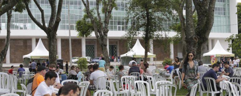 Primeira edição da Gastronomia no Palácio tem 15 estabelecimentos servindo pratos com sabores regionais em frente ao Palácio Iguaçu