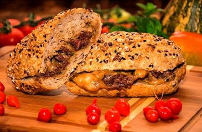 Pão com bife também pode ser entregue em casa. Foto: Bruno Tadashi/ Divulgação
