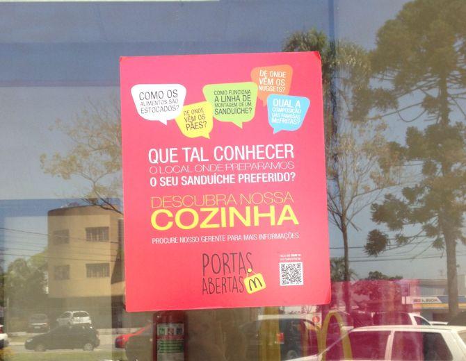 O adesivo que chama para a visita em uma das lojas. Foto: Priscila Bueno