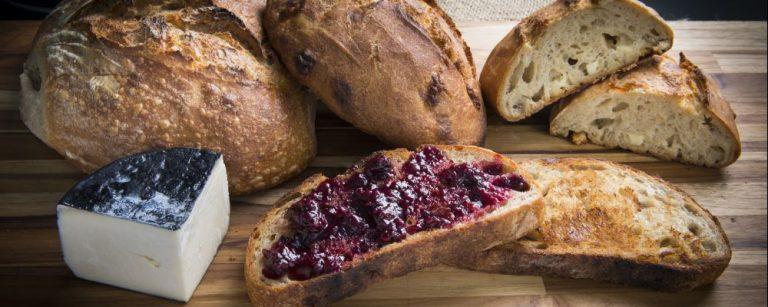 Foto do ambiente da Padaria Maçã e das opções de sanduiche , pães , café , cookie , bolacha , torrada com geléia , sobremesa , café da manhã , queijo , preparo da massa de pão . Local: Alto da XV.
