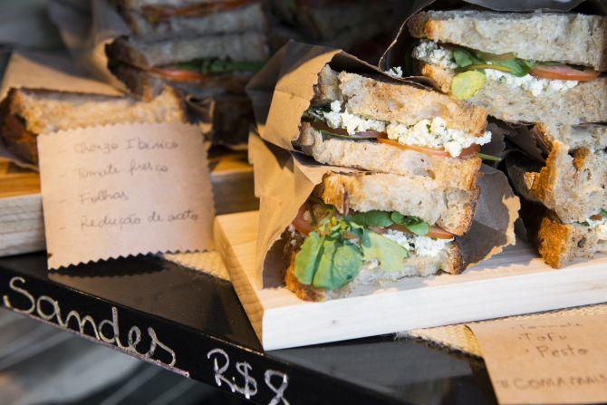 """Os """"sandes"""" variam de sabor conforme os ingredientes disponíveis no dia. Foto: Letícia Akemi/Gazeta do Povo"""