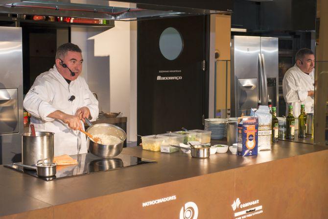 O chef Ivo Lopes durante uma aula-show no Estúdio Bom Gourmet Pátio Batel. Foto: Fred Kendi/Gazeta do Povo.