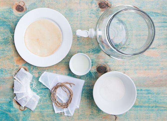"""Ingredientes no sentido horário: scoby ou """"panqueca"""", responsável pela fermentação do chá; vinagre de maçã; uma jarra limpa de vidro; açúcar; gaze e barbante para prender e sachês de chá preto. Foto: Letícia Akemi/Gazeta do Povo"""