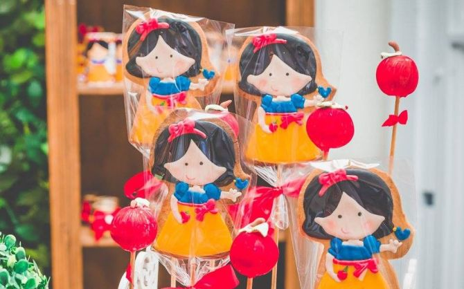 Cookie designer Simone Fruet faz bolachas decoradas no palito sob encomenda. Foto: Fernanda Moraes/Divulgação