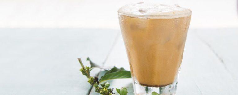 Foto para revista Bom Gourmet. Passo a passo de uma bebida com cold brew. No caso café gelado que pode ser acompanhado de leite. Local: A Fábrika.