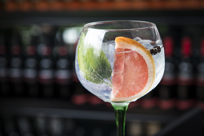 Watch the Sunset, drink do Gards Rooftop Bar: gin, tônica, sálvia, grapefruit e zimbro. Foto: Letícia Akemi/Gazeta do Povo