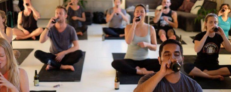 Modalidade que combina cerveja e yoga pode vir para o Brasil