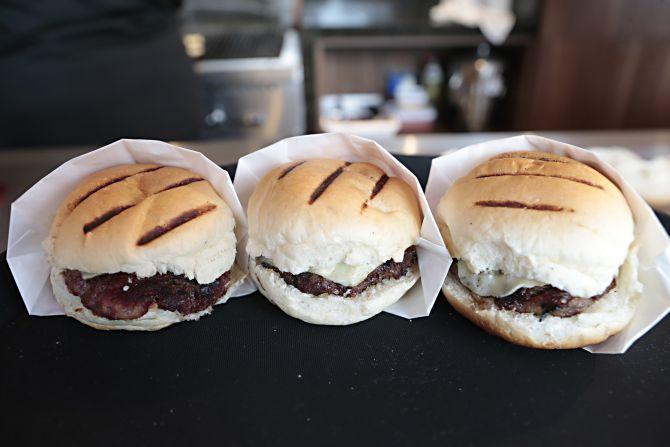 A hamburgueria Guiolla trouxe para a Ca'dore os hambúrgueres de sucesso da casa, como o de costela, vencedor do Prêmio Bom Gourmet. Foto: Albari Rosa/Gazeta do Povo.