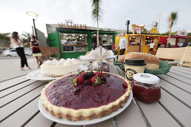 Vaca Cheri vende cafés, bolos e tortas em fatias, como a cheesecake. Foto: Albari Rosa/Gazeta do Povo.