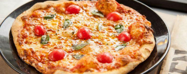 Compra um leva dois: pizzaria e cafeteria de Curitiba fazem promoção