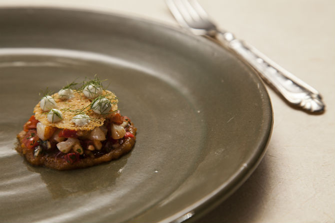 Coração de galinha com repolho roxo e purê de banana da chef Manu Buffara: para temperar, gengibre, zimbro, canela e cumaru. Foto: Alexandre Mazzo.
