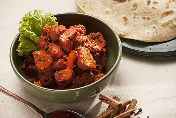 Chicken Tikka Masala, do Swadshit, é um prato clássico que leva frango em cubos com tempero condimentado – originalmente é preparado no forno indiano tandoor, mas em casa pode ser feito em forma de espetinhos. Foto: Alexandre Mazzo.