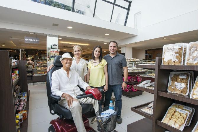 Seu Nelson, Cristine, Camila e Rodrigo no Empório Kaminski. Foto: Letícia Akemi.