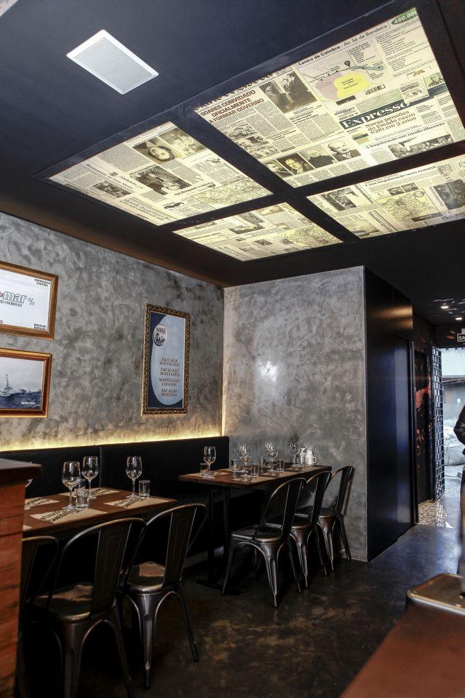 Não tem como não notar o teto decorado com jornais portugueses. Foto: André Rodrigues/Gazeta do Povo