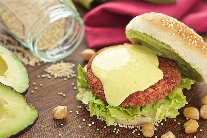 Hambúrguer de grão de bico com quinoa. Acompanha alface, molho french e queijo cremoso. Foto: Divulgação.