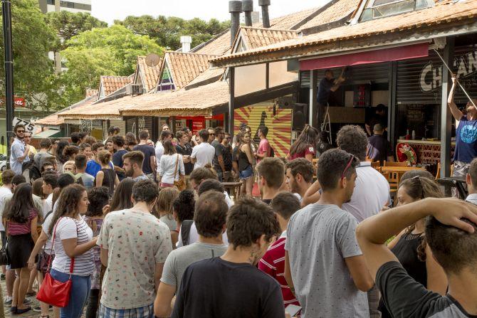 Inauguração da segunda unidade da hamburgueria Whatafuck no Hauer Shopping contribuiu para o aumento de movimento na região. Foto: Hugo Harada/Gazeta do Povo