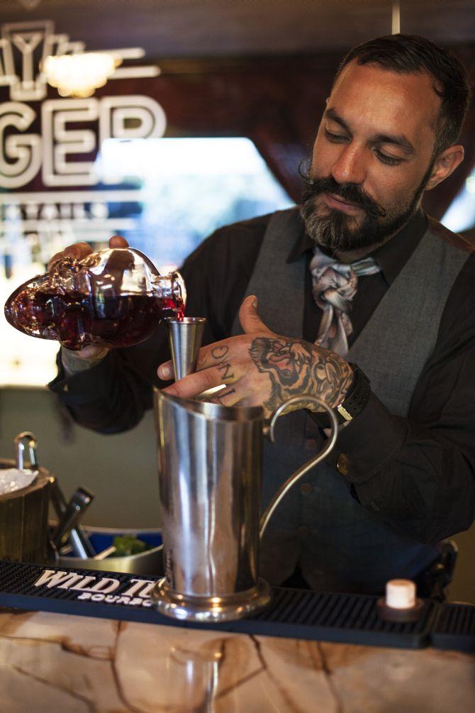 """Igor Bispo, considerado o decano da coquetelaria em Curitiba: """"todo bartender deveria ser mixologista"""". Foto: Mariana Quintana."""