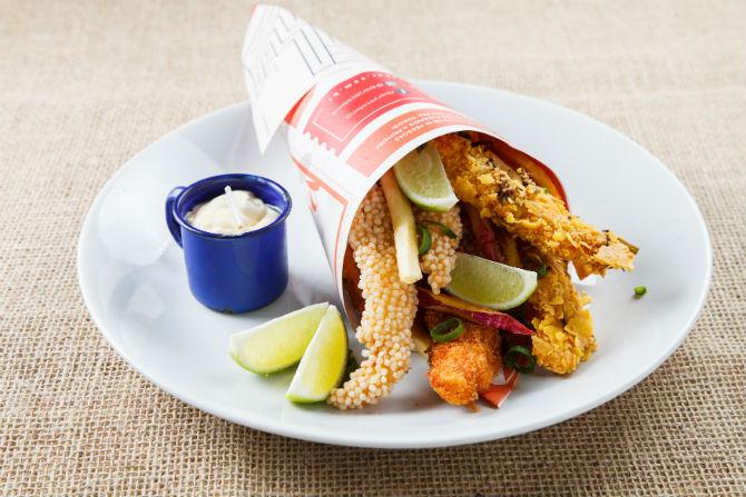 No Jacobina, o peixe é empanado em três tipos de farinhas. Jacobina. Foto: Beto Eterovick/Divulgação.