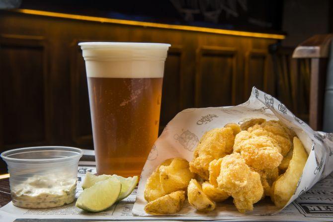 Porção de peixe frito e batata no cone é o carro-chefe do The Fish n Chips English Pub. Foto: Letícia Akemi/Gazeta do Povo.