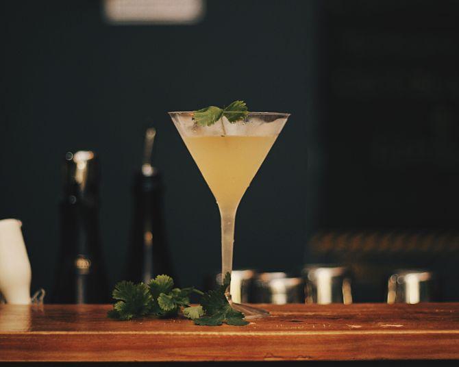 Okinawa Swell, drink criado pelo bartender Carpa, leva saquê, limão e coentro. Foto: Divulgação