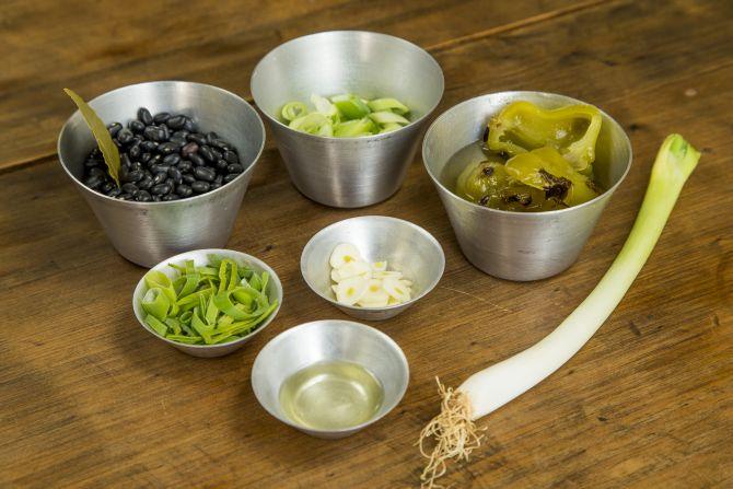Ingredientes para preparar caldinho de feijão preto com picles de pimenta cambuci. Foto: Hugo Harada/Gazeta do Povo