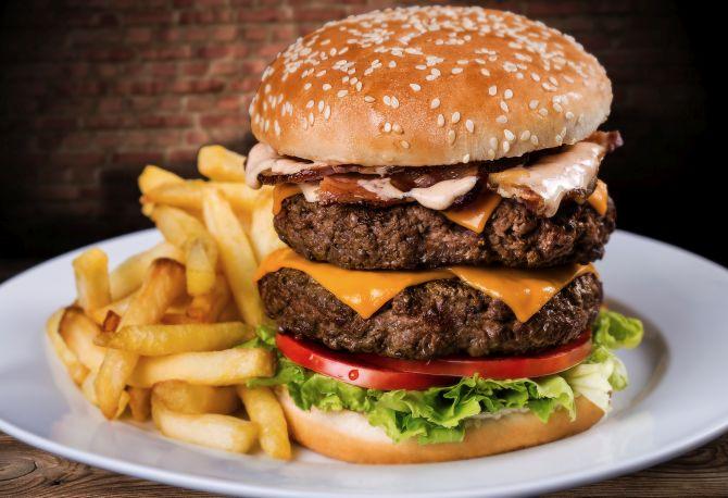 Everest burger, com cheddar, bacon e dois hambúrgueres de carne bovina. Foto: Divulgação