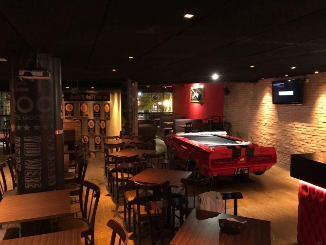 Salão do segundo andar do Rock and Ribs: mesa de sinuca e decoração rock and roll. Foto: Divulgação