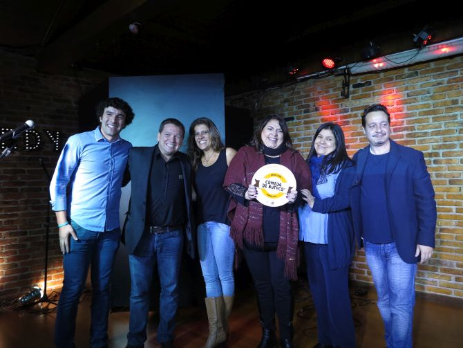 As proprietárias do Schnaps comemoram o terceiro lugar no Comida di Buteco 2017. Foto: Andrea Torrente/Gazeta do Povo.