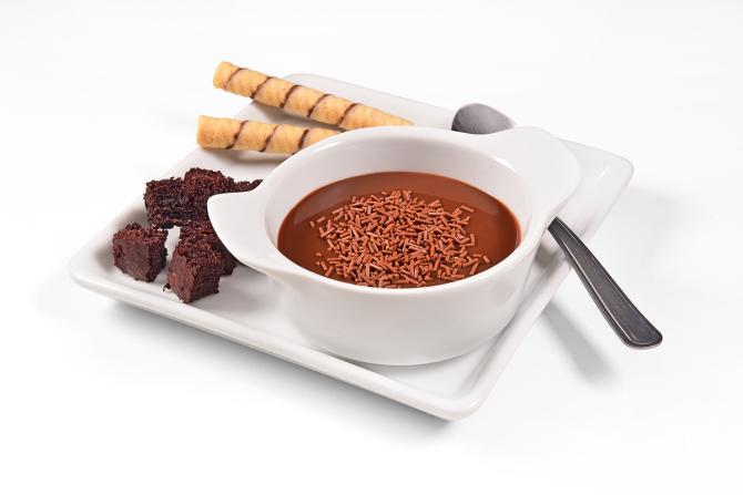 A sopa de brigadeiro é acompanhada de croutons de cacau e tubetes pelo preço de R$ 16.