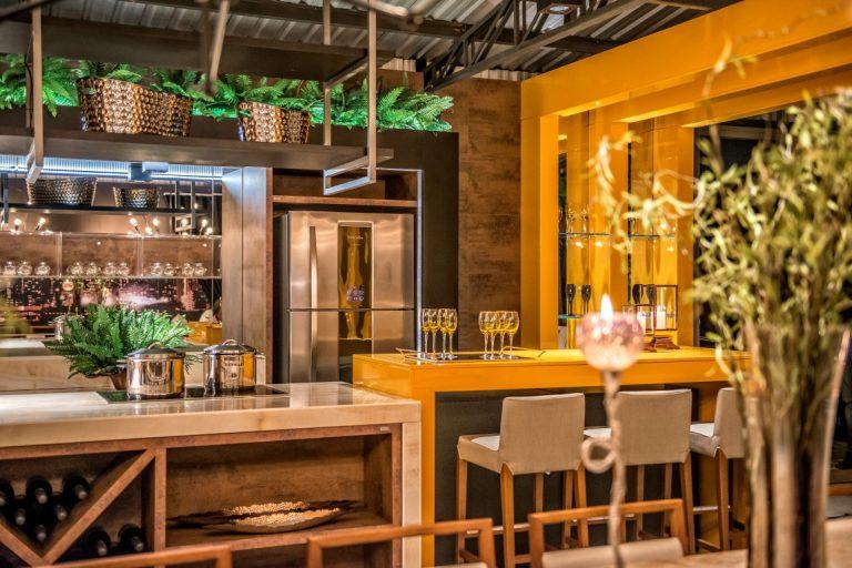 Lounge Gourmet da Casa Cor Paraná projetado pelo arquiteto Sandro Percicotti. Foto: Hugo Harada/Gazeta do Povo