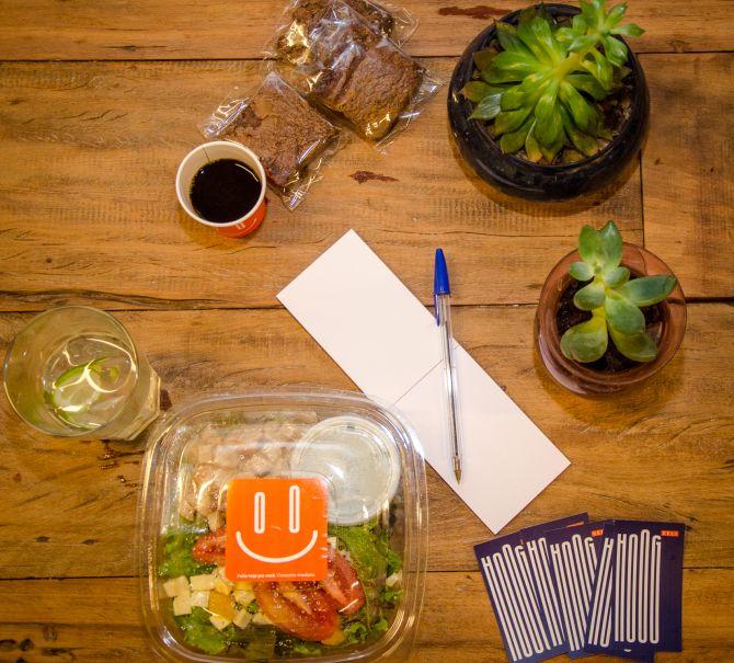 O Hoog Deli tem saladas no cardápio, como a tradicional Ceasar, e brownies, que podem ser pedidos para viagem. Foto: Divulgação