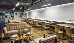 O ambiente tem detalhes dedicados a estudantes, como tomadas, mesas coletivas e espaços de leitura. Foto: Letícia Akemi/Gazeta do Povo