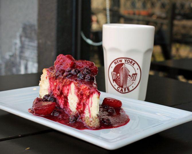 Tradicional cheesecake com calda de frutas vermelhas do NYC. Foto: Divulgação