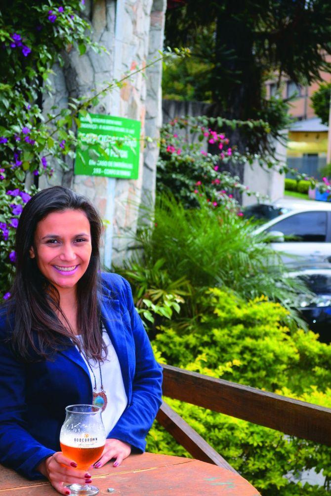 Marilise de Oliveira, beer sommelier e proprietária do Hendrix: 80% dos chopes são locais. Foto: Divulgação.