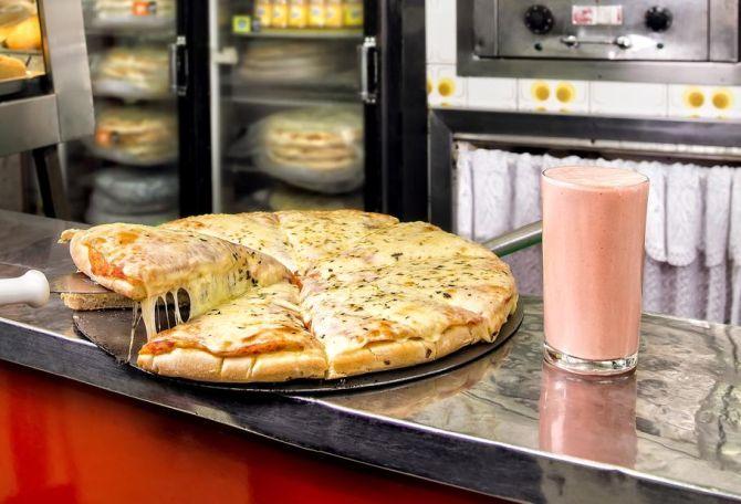 A pizza de muçarela é servida na Lanches Itália desde 1969. Foto: Letícia Akemi/Gazeta do Povo