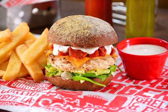 O Nebraska Chicken leva burger de frango, cheddar, tomate seco molho ranch, rúcula e alface. Foto: Divulgação
