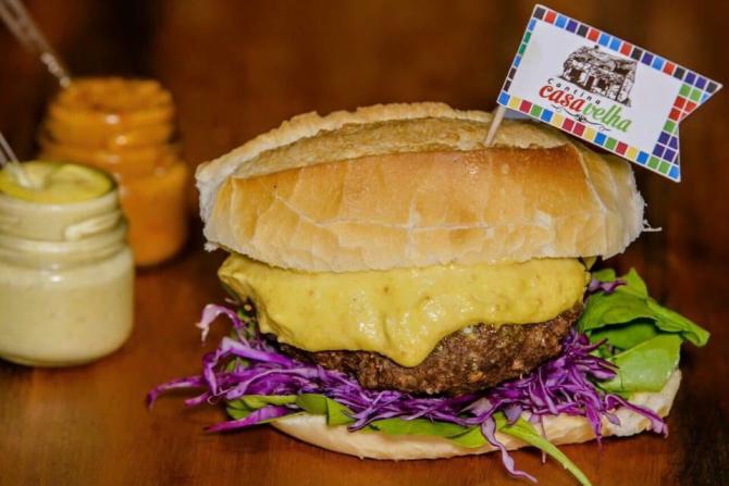 Bar promove competição do maior comedor de pão com bolinho